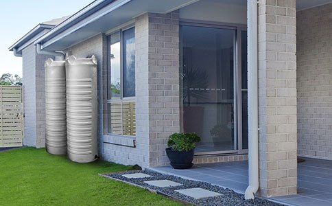 Esővíz tartály a ház mellett